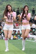 SNSD biểu diễn trên sân vận động cổ vũ cho trấn đấu bóng giải vô địch Th_01465_16_122_124lo
