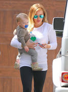 http://img226.imagevenue.com/loc567/th_467048074_Hilary_Duff_at_moms_house9_122_567lo.jpg