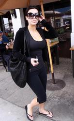 [IMG]http://img226.imagevenue.com/loc61/th_22682_Kim_Kardashian_lunchinWestHollywood.com_TheElder_KimKardashian2010_02_23_lunchinWestHollywood35_122_61lo.jpg[/IMG]