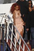 http://img226.imagevenue.com/loc494/th_107550166_RihannaW001_122_494lo.jpg